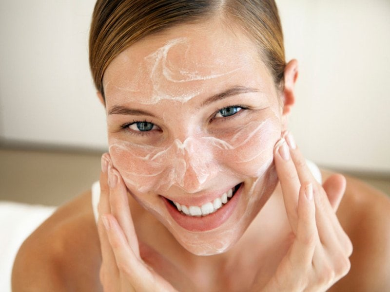 Lady moisturizing face